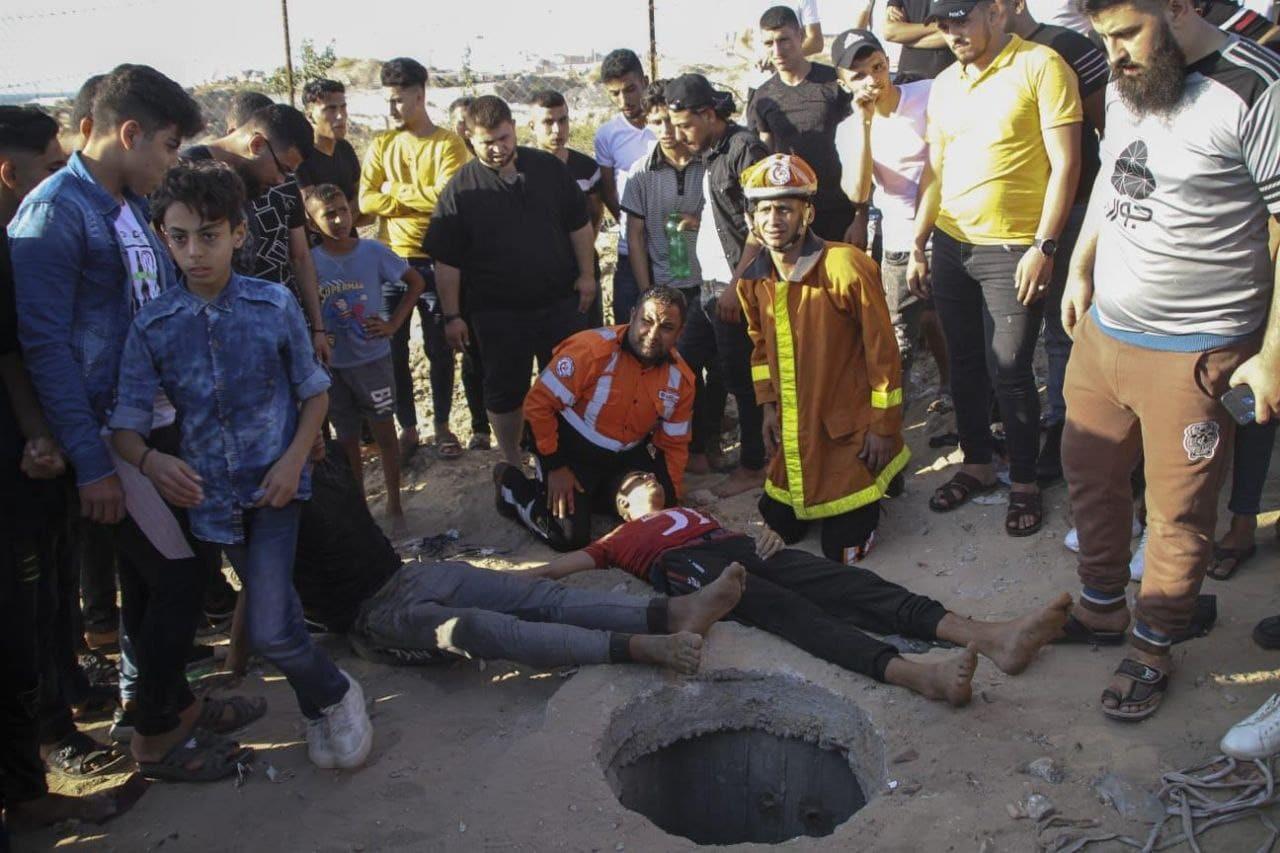 شاهد: إنقاذ شابين وطفل إثر سقطوهم في بئر لتصريف المياه شمال القطاع