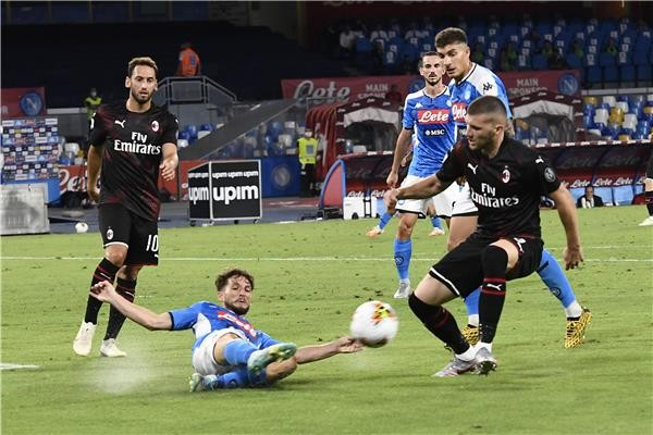 بالصور : معركة ميلان ونابولي الأوروبية تنتهي بتعادل مثير