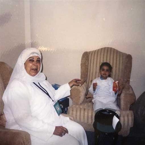 """شاهدوا: صور نادرة للفنانة الراحلة """"رجاء الجداوي"""" في الحج مع زوجها وحفيدتها"""