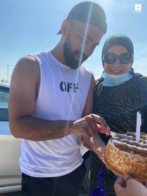 """أم فلسطينية تحتفل بيوم ميلاد ابنها أمام بوابة معتقل """"مجدو"""""""