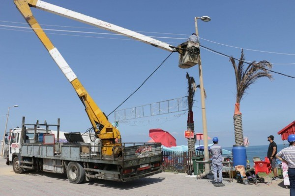 كهرباء غزة تنتهي من تمديد شبكات الكهرباء على شاطئ البحر