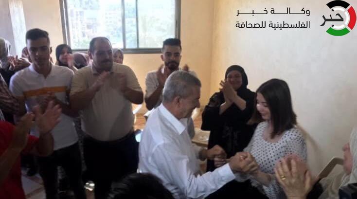 """وكالة """"خبر"""" ترصد فرحة الطالبة إيمان أبو حصيرة الأولى على فرع الأدبي"""