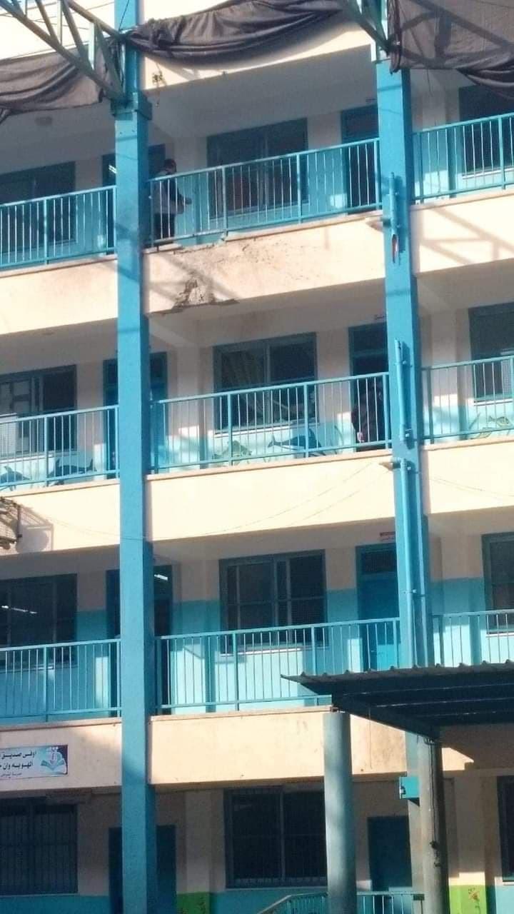 بالصور: العثور على صاروخ إسرائيلي لم ينفجر داخل مدرسةغرب غزة