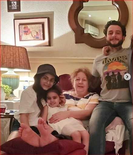"""بالصور: الفنان المصري """"أحمد الفيشاوي"""" يحتفل مع والدته ويقبل زوجته بمناسبة عيد الأضحى"""