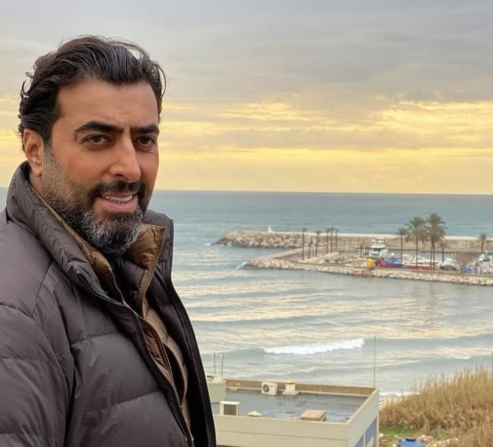 """بالصور: الفنان السوري """"باسم ياخور"""" يرد على أنباء وفاته بحادث سير"""