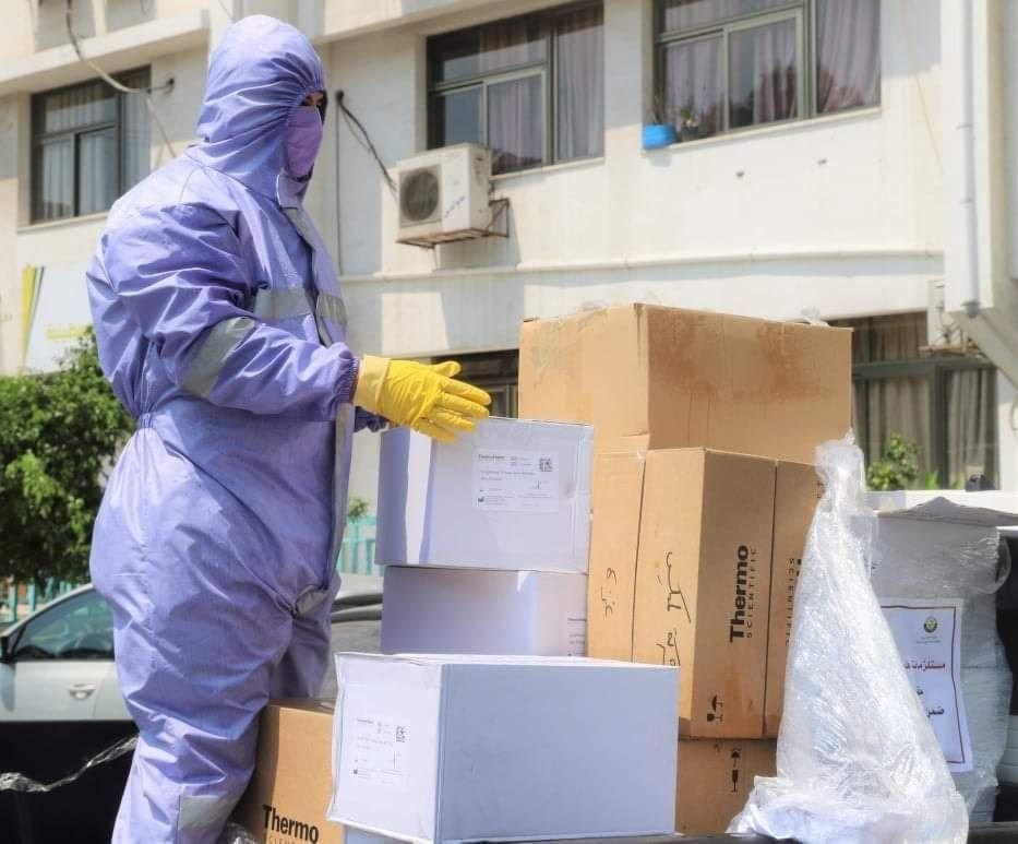 """صحة غزة تتسلم جهازًا طبيًا مخبريًا من اللجنة القطرية لفحص """"كورونا"""" خلال 45 دقيقة"""