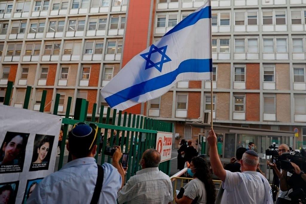 """مستوطنون يحتجون أمام مستشفى """"هداسا"""" رفضًا لعلاج عريقات"""