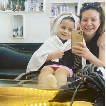 """شاهدوا: ابنة الممثلة السورية """"نادين تحسين بك"""" تخطف الأنظار بجمالها وهل تشبه والدتها؟"""