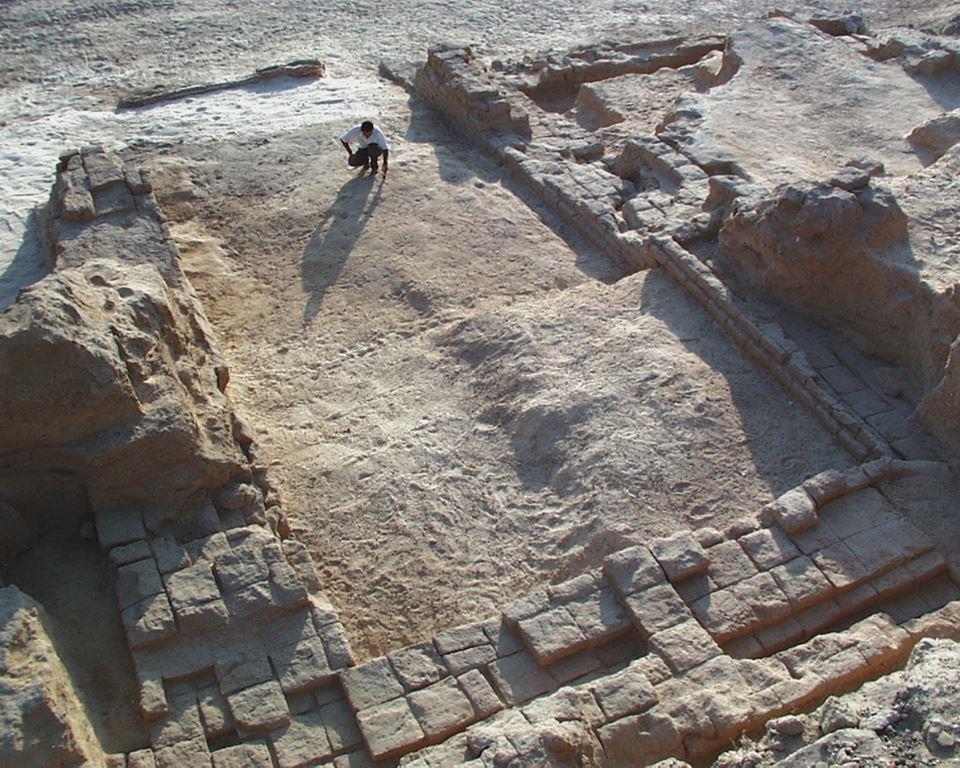 آثار يونانية هلستينية في الموقع الغربي من الموقع الأثري المقابل لشاطئ البحر.jpg