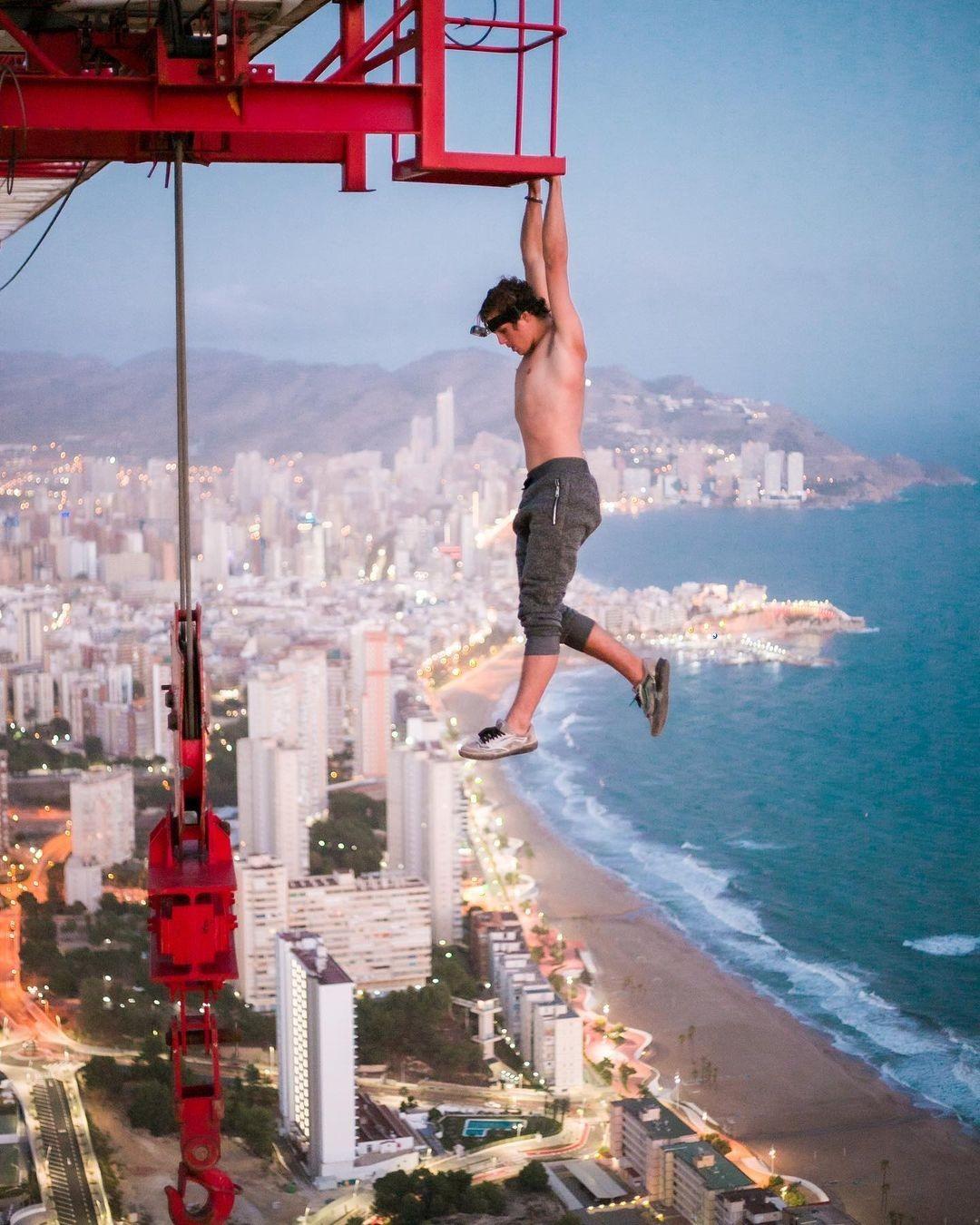 211518-مراهق-يتسلق-عاريا-رافعة-بناء-على-ارتفاع-أكثر-من-182-متر-بإسبانيا-(1).jpg