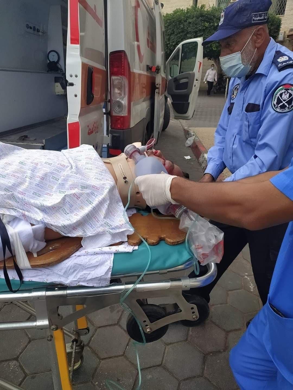 صورة: إصابة مواطن بجروح خطيرة جراء سقوطه أثناء عمله وسط قطاع غزة