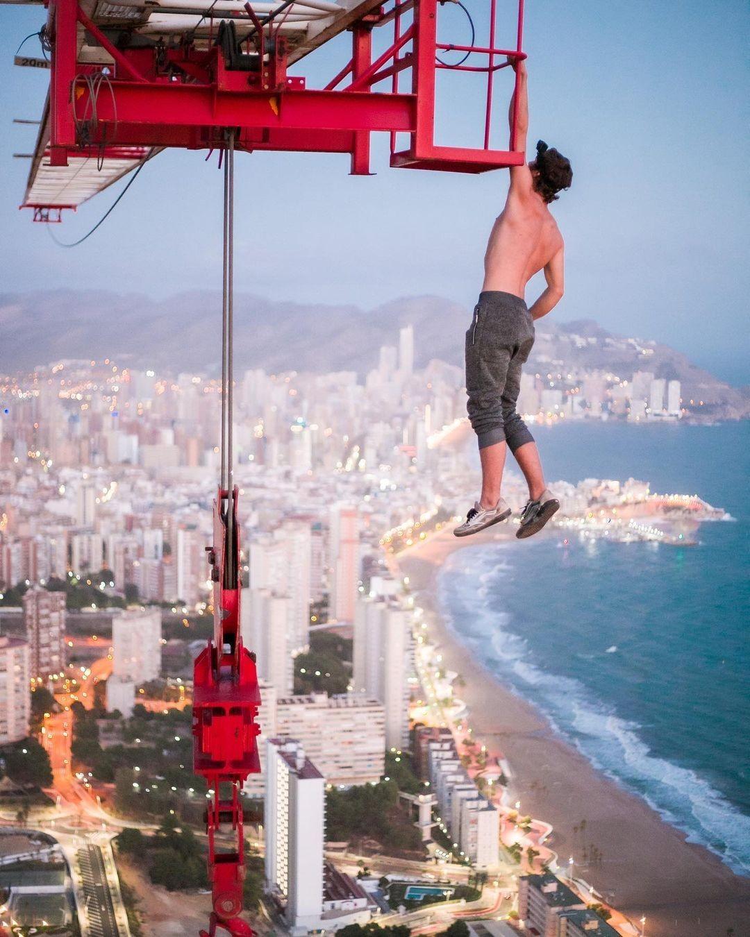 208883-مراهق-يتسلق-عاريا-رافعة-بناء-على-ارتفاع-أكثر-من-182-متر-بإسبانيا-(4).jpg