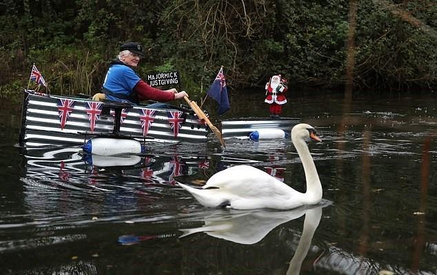 118554-عجوز-بريطاني-يبحر-بقارب-مصنوع-في-المنزل-لجمع-تبرعات-لمستشفى-(1).jpg