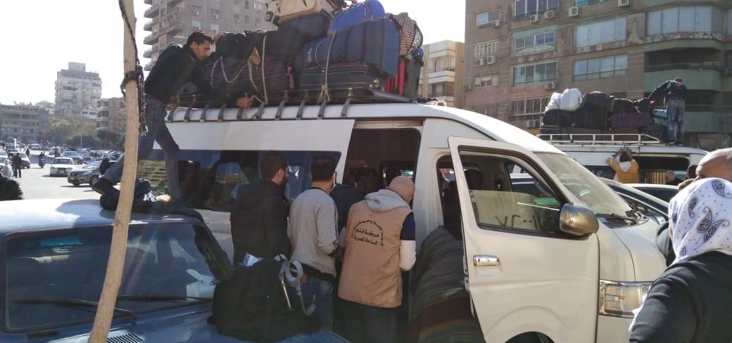 """شاهد: تيار الإصلاح بـ""""فتح"""" يؤمن مركبات لنقل العائدين من مصر إلى غزّة"""
