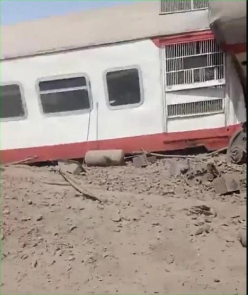 شاهد.. إصابات بحادثة انقلاب قطار في مصر