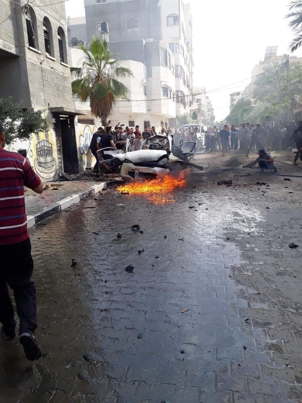 شاهد.. شهيدان وإصابات باستهداف الاحتلال سيارة مدنية شمال قطاع غزة