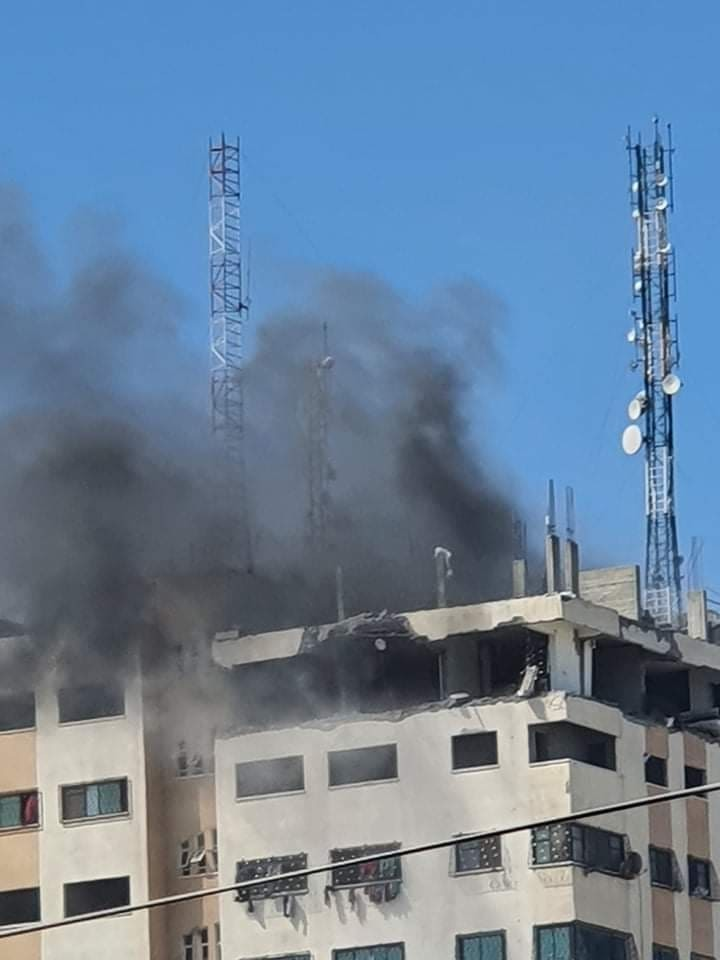 """شاهد: طائرات الاحتلال تقصف برج الأندلس في منطقة """"الكرامة"""" شمال قطاع غزّة"""