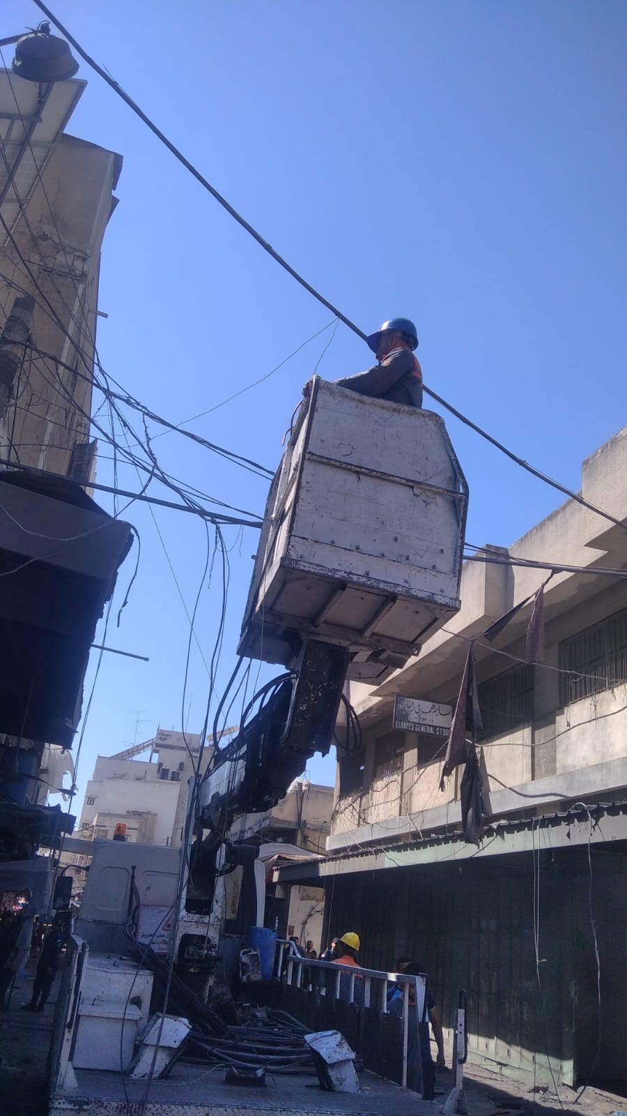 بالصور: كهرباء غزة تُعيد التيار لمشتركين متضررين من حادثة الانفجار