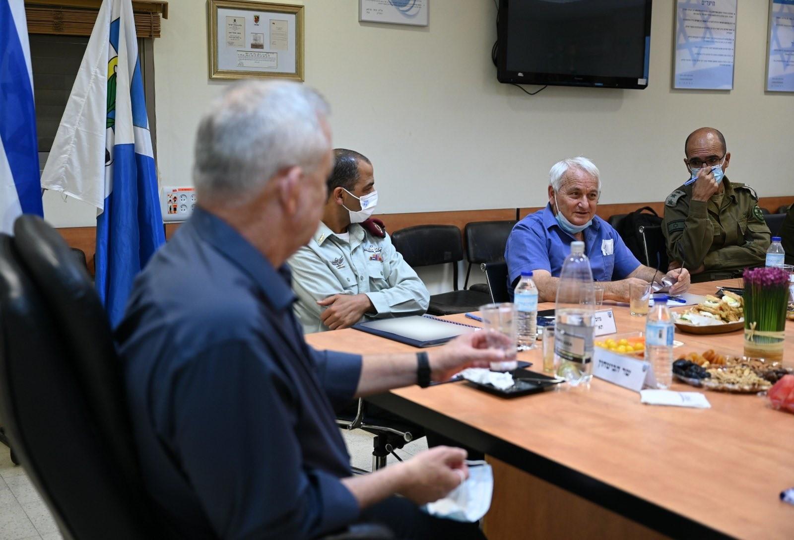 غانتس يُصدر تعليمات بمراقبة الإشراف على إعادة إعمار غزة