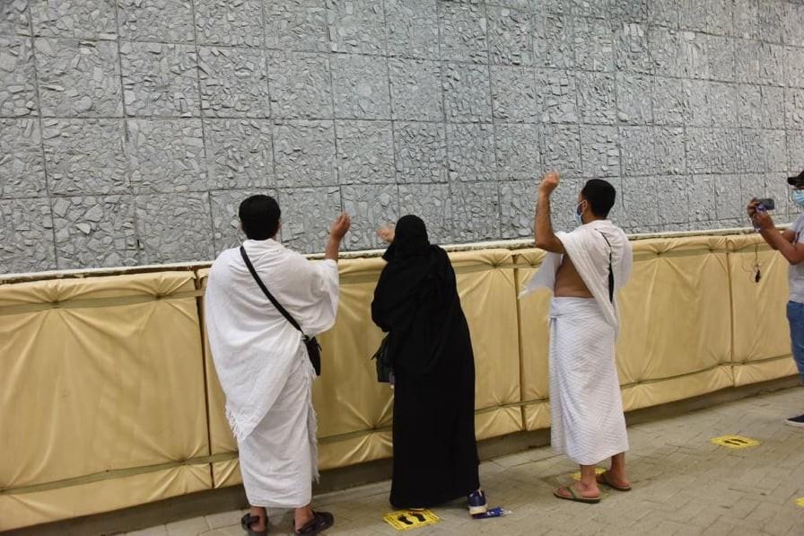 شاهد: حجاج بيت الله الحرم يتوافدون إلى مشعر منى لرمي جمرة العقبة