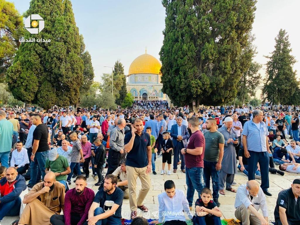 شاهد: آلاف الفلسطينيين يؤدون صلاة عيد الأضحى في المسجد الأقصى