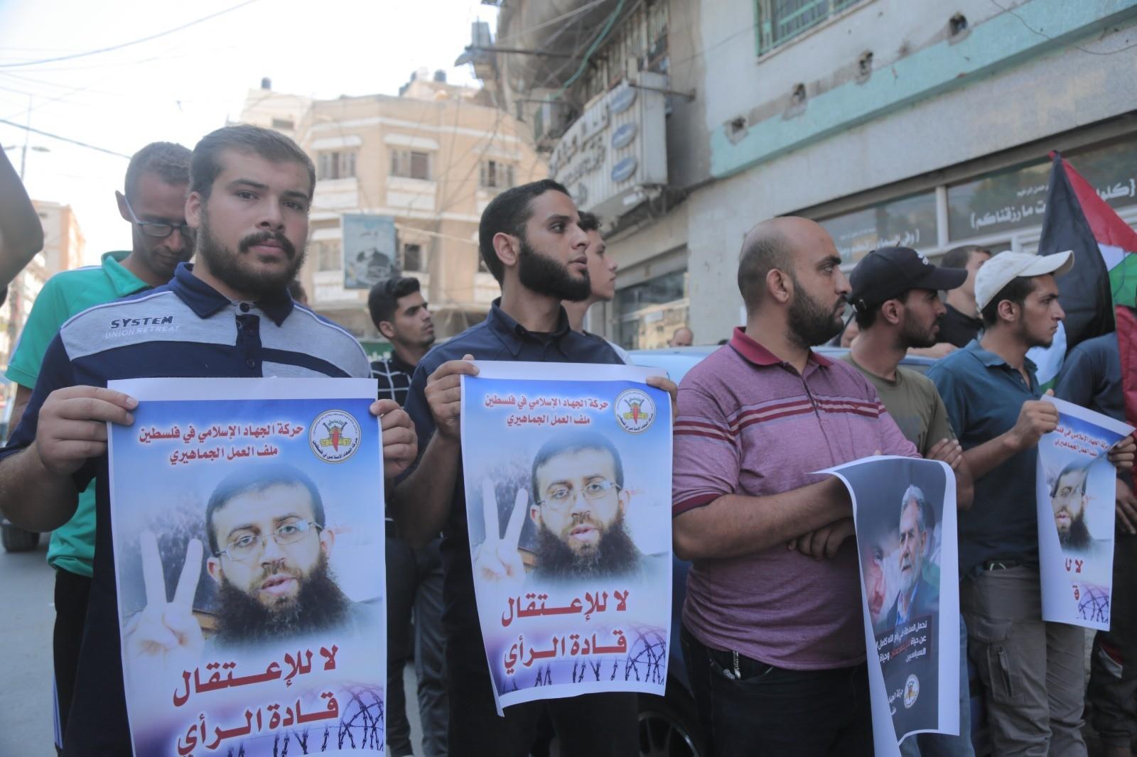 """وقفة احتجاجية في غزّة تنديدًا باعتقال الأجهزة الأمنية في الضفة لـ""""قادة الرأي"""""""