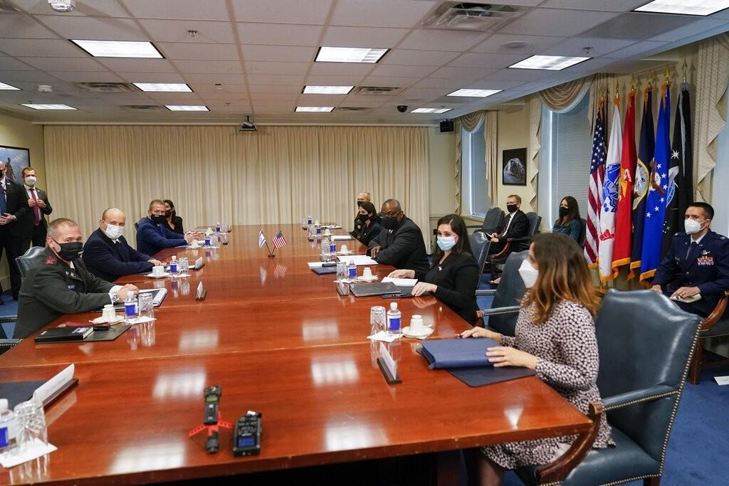 تفاصيل لقاء بينيت بوزير الدفاع الأمريكي في البنتاغون