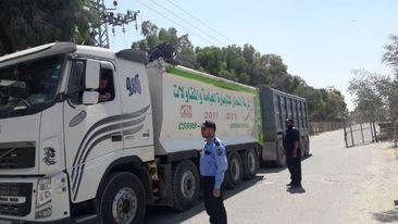 """دخول شاحنات محملة بـ""""الحصمة"""" إلى غزّة عبر حاجز كرم أبو سالم"""