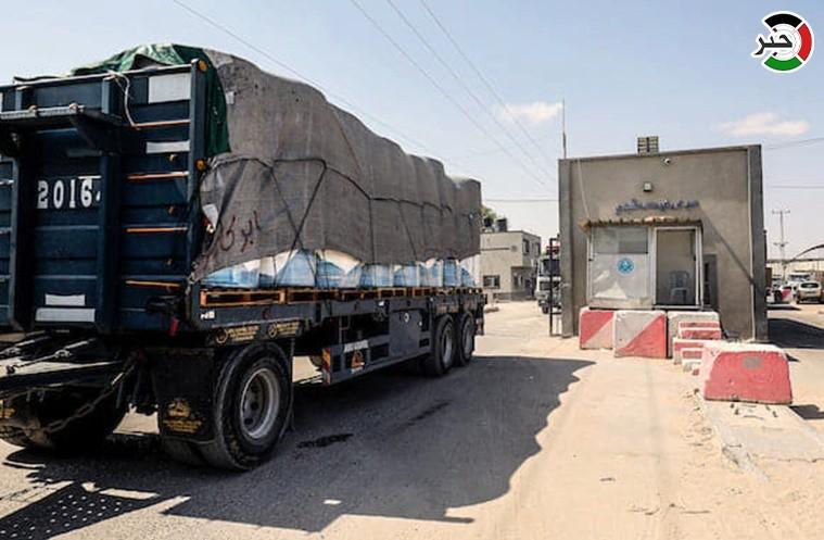 دخول شاحنات مُحملة بالبضائع عبر معبر كرم أبو سالم