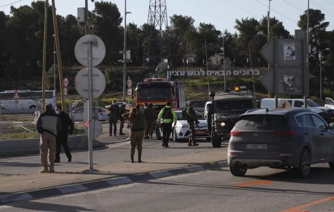 """إطلاق النار على فلسطيني قرب """"عتصيون"""" بزعم تنفيذ عملية طعن"""