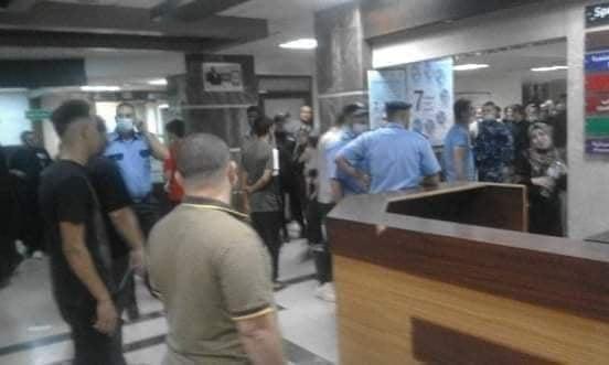 مواطنون يعتدون على مبنى الجراحات التخصصي في مجمع الشفاء الطبي