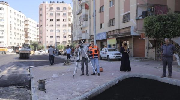 بلدية غزّة تبدأ برصف شارع أبراج السعادة بحي تل الهوا