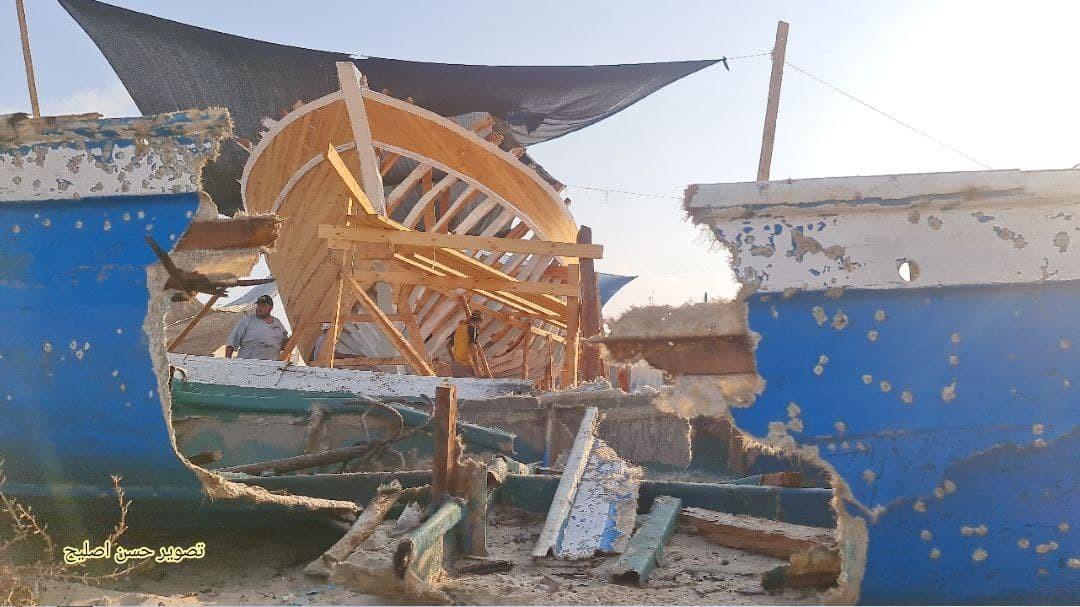 شاهد.. البدء بتجهيز أكبر سفينة صيد في قطاع غزة