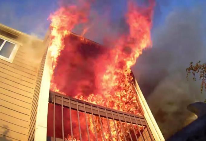 761794-الحريق-يأكل-المبنى.png