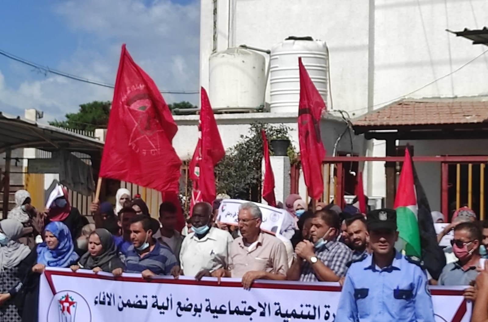 اعتصام جماهيري في خانيونس احتجاجًا على تأخر صرف مخصصات الشؤون