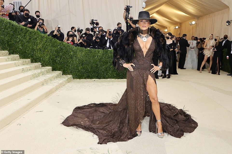 47880957-9987809-Wow_Jennifer_Lopez_made_jaws_drop_as_she_made_her_highly_anticip-a-124_1631589774453.jpg