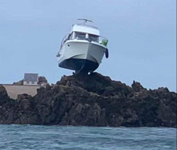 48761-القارب-فوق-الصخور.jpg