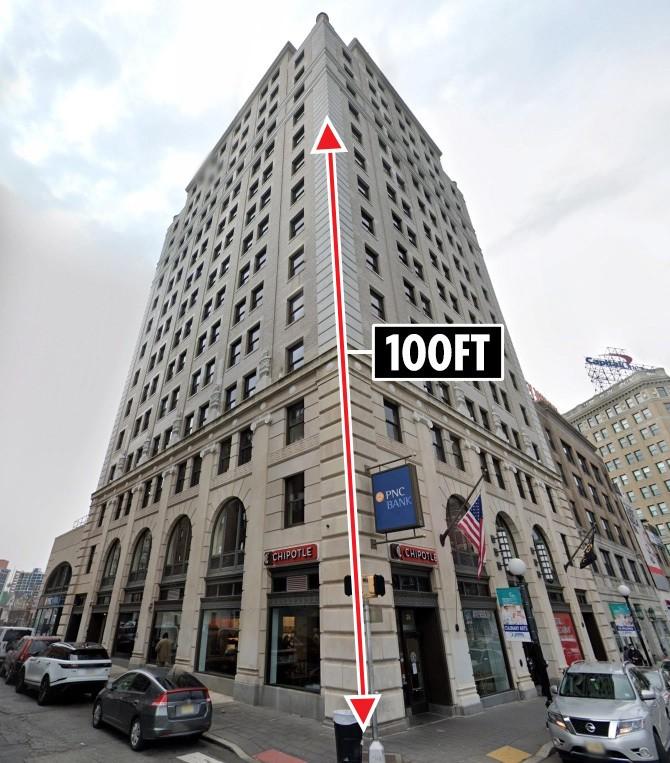 """شاهد: شاب يحاول """"الانتحار"""" بالقفز من الطابق التاسع وينجو بأعجوبة"""